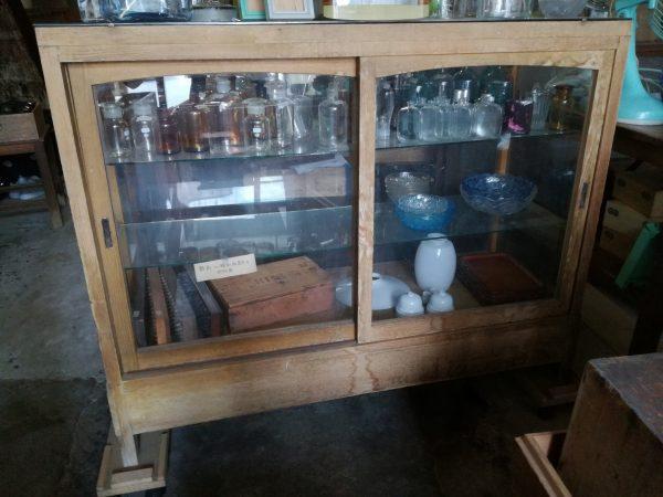 木製のガラスショーケース
