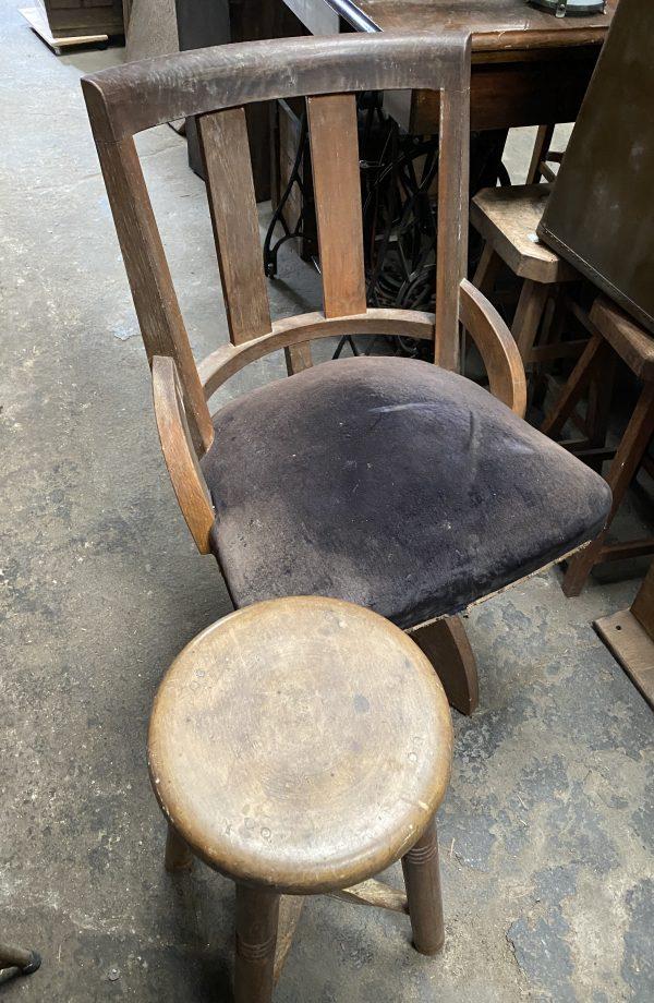 丸スツールと回転椅子